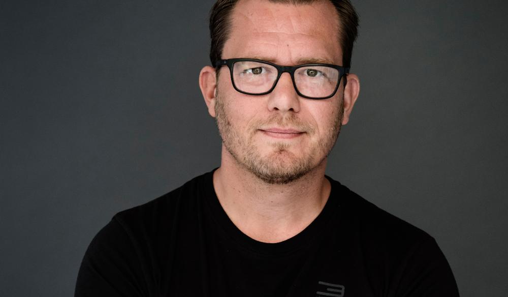 Mikkel flyttede til en ø for at skrive sin anmelderroste debutroman